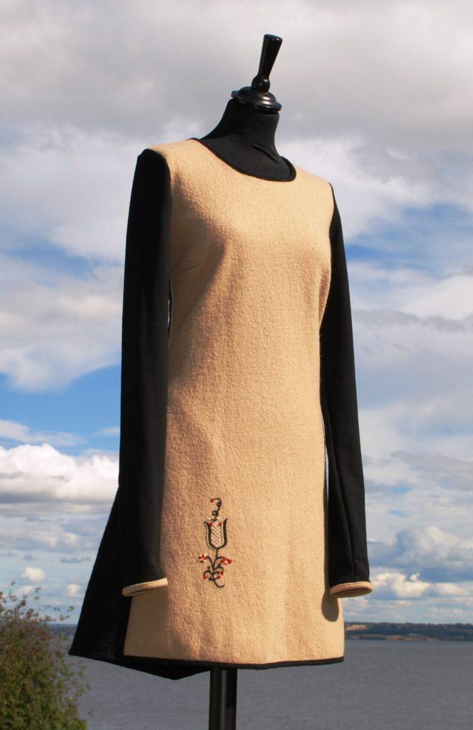 Beige og svart kjole med brodert tulipan fra Hedmarksbunaden, str M kr 2600,-