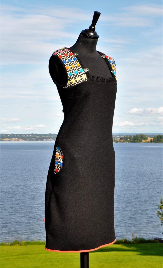 28 tøff svart tunika med snorer forran og lommer, str M kr 2200