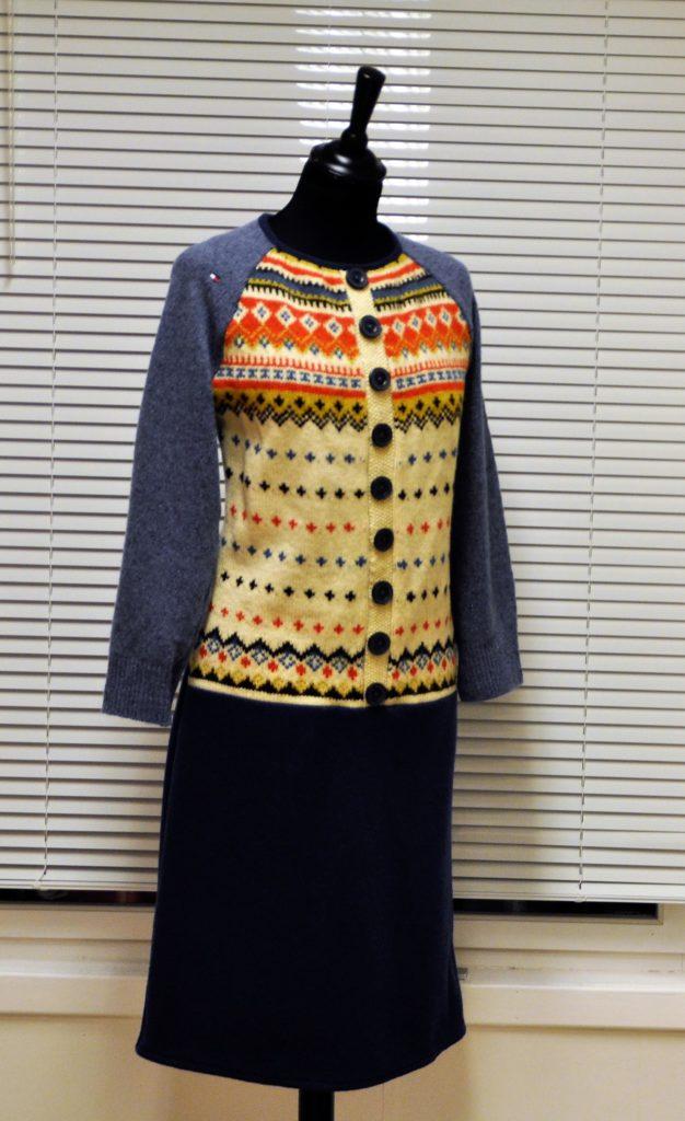 35 Smal kjole med kofte i front og glått skjørt og rygg, str M/L kr 2700