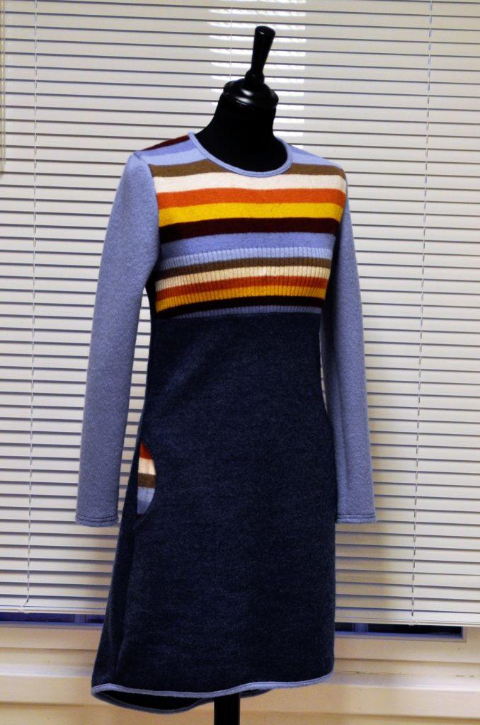 37 Liten nett kjole i jeansblått stoff og rester fra benetton genser, str S, kr 2800