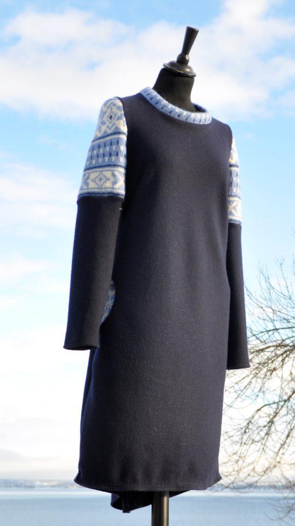 3 Mørk blå kjole med rester fra en genser i mohair, str M/L. kr 2800