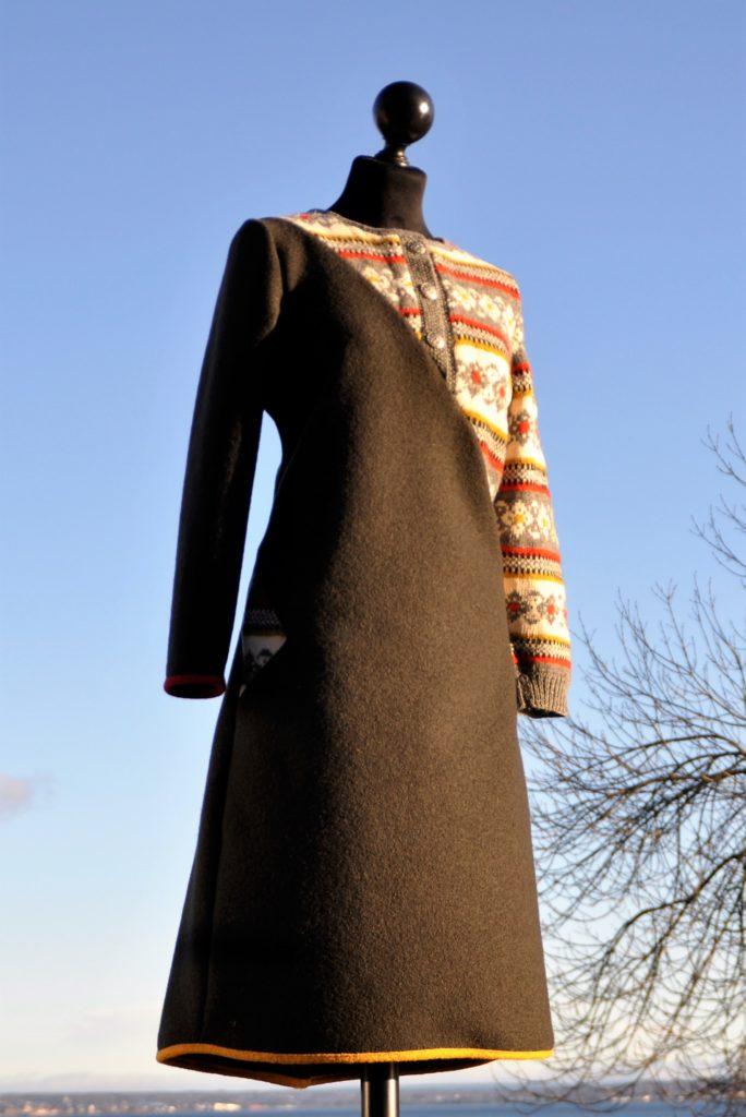 42 Olivenfarget kjole med gammen fin kofte, str M, kr 2900