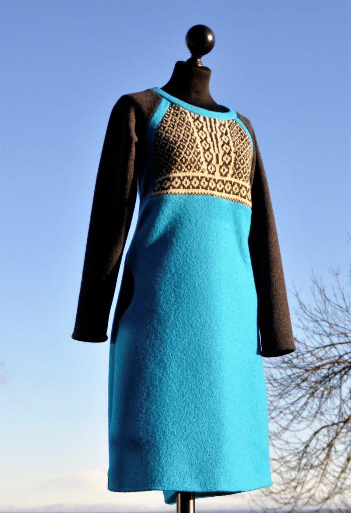 44 Turkis kjole med rester fra en Per Pook genser, Str M/L kr 2800