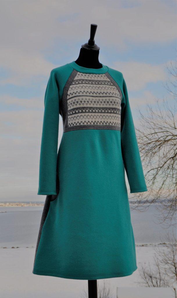 8 Deilig myk kjole i turkis med rester fra en strikkegenser, str M, kr 2900