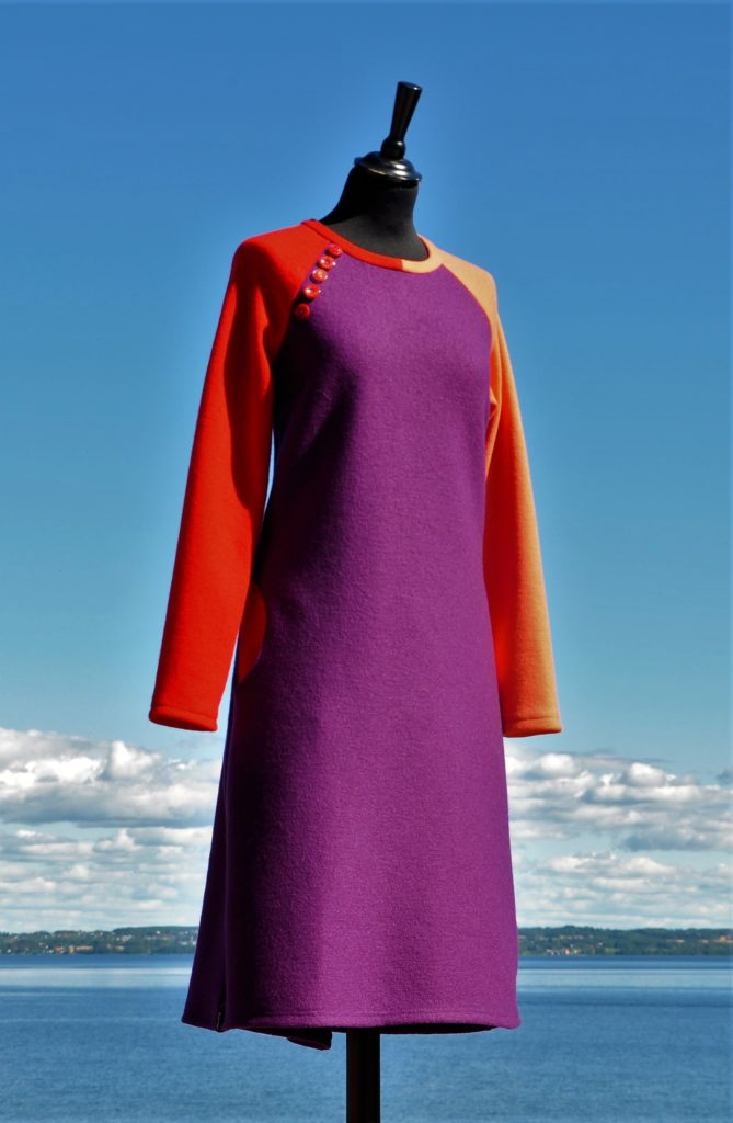 Lilla kjole med raglanermer, lommer og knapper, Str. M/L, Kr. 2800