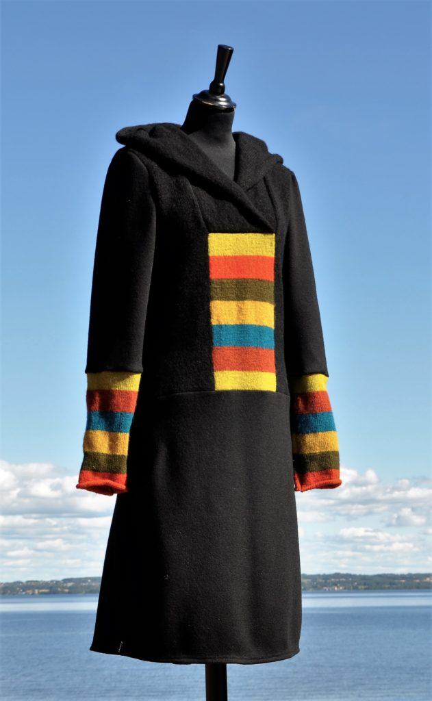 Svart kjole med hette, lommer og striper i jordfarger, Str. ML, Kr 2800