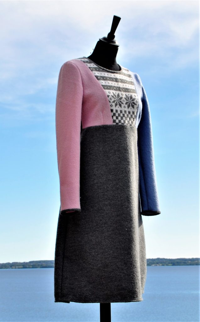 Kjole med rester fra Fanakofte, en rosa of en lys blå erm, Str M, Kr 2700,-